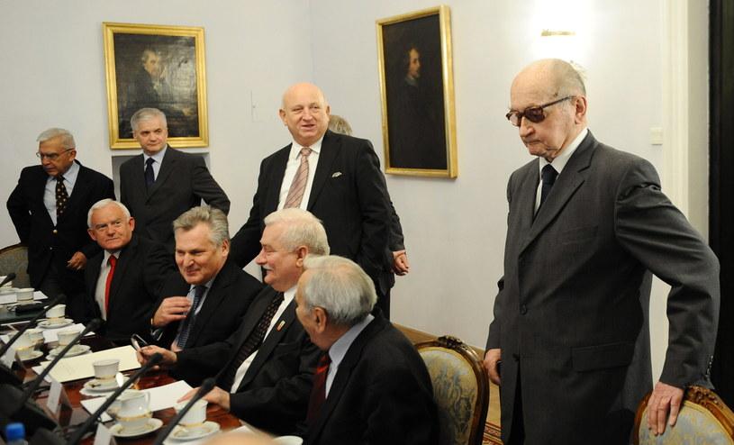 Na zdjęciu archiwalnym z 24.11.2010 r. były prezydent, gen. Wojciech Jaruzelski (P) podczas posiedzenia RBN w Warszawie /Jacek Turczyk /PAP