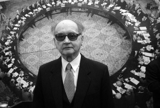 Na zdjęciu archiwalnym z kwietnia 2004 r. b. prezydent gen. Wojciech Jaruzelski podczas uroczystości XV Rocznicy Okrągłego Stołu /Radek Pietruszka /PAP