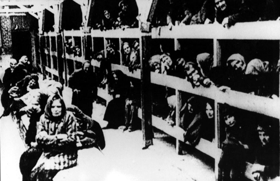 Na zdjęciu archiwalnym ze stycznia 1945 r. więźniowie w baraku na pryczach, po wyzwoleniu obozu KL Auschwitz-Birkenau /archiwum /PAP/EPA