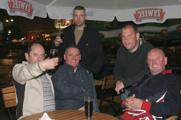Na zdjęciu: Brytyjscy turyście na krakowskim Rynku /Damian Klamka /East News