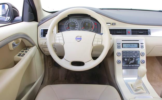 Na zdjęciu deska rozdzielcza z wersji przed liftingem (w 2009 roku otrzymała charakterystyczne aluminiowe wstawki w kierownicy). Za konsolą centralną umieszczono niepraktyczny schowek. /Motor