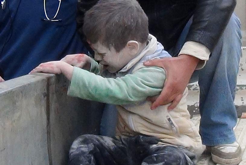 Na zdjęciu dziecko ranne w bombardowaniu przez siły rządowe miasta Aleppo /MAHMUD AL-HALABI /AFP