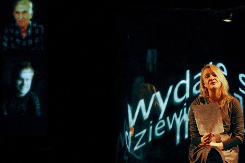 """Na zdjęciu Ewa Wojciak przed spektaklem """"Paranoicy i pszczelarze"""". CSW w Warszawie, marzec 2010 /Jacek Wajszczak  /Reporter"""