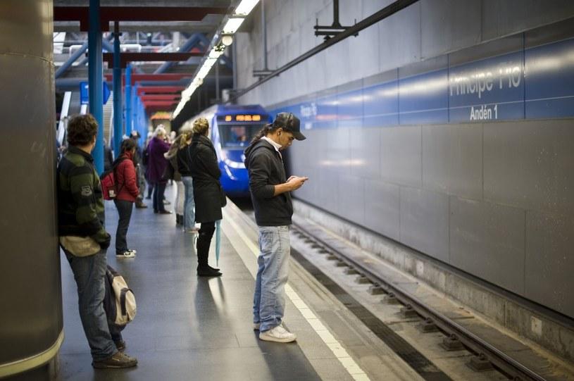 Na zdjęciu ludzie czekający na metro w Madrycie /Polaris /East News