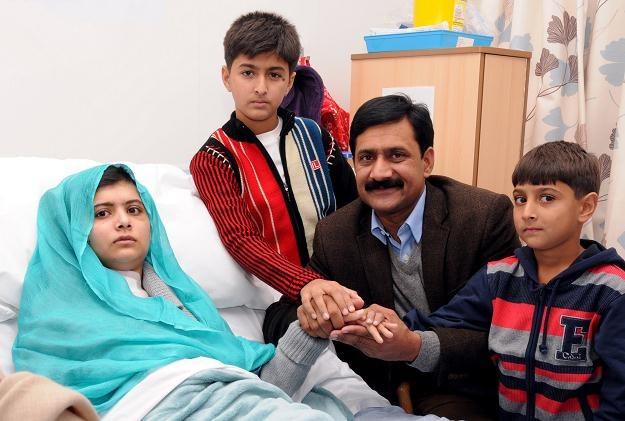 Na zdjęciu: Malala  w towarzystwie rodziny w szpitalu w Birmingham, październik 2012 /AFP