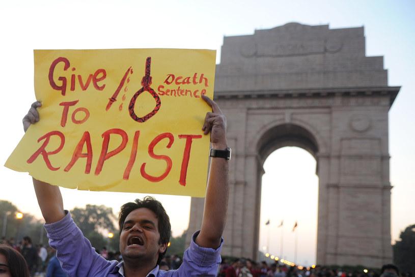 Na zdjęciu masowy protest po brutalnym, zbiorowym gwałcie na studentce w Delhi /SAJJAD HUSSAIN  /AFP