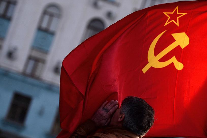 Na zdjęciu mężcyzna całuje flagę ZSRR na placu Lenina w Symferopolu /FILIPPO MONTEFORTE /AFP