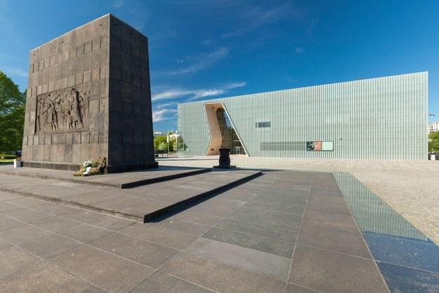 Na zdjęciu Pomnik Bohaterów Getta i budynek Muzeum Historii Żydów Polskich /Arkadiusz Ziółek /East News