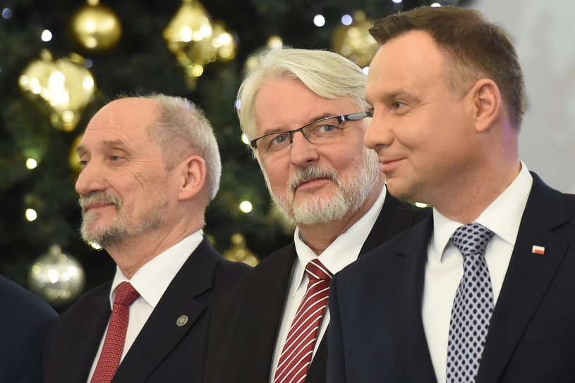 Na zdjęciu: prezydent Andrzej Duda i zdymisjonowani Witold Waszczykowski i Antoni Macierewicz /Radek Pietruszka /PAP