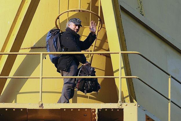 Na zdjęciu: Serge Charnay po 4 dniach schodzi z dźwigu. Nantes, 18 lutego 2013 /AFP