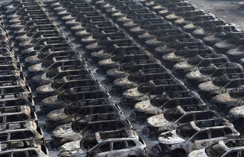 Na zdjęciu spalone samochody w pobliżu miejsca serii wybuchów w Tiencin /AFP