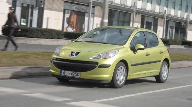 Na zdjęciu wersja 207 Nice (rok 2008, cena ok. 18 tys. zł). Była to limitowana seria fabrycznie skonfigurowanych aut z silnikiem 1.4 75 KM, klimatyzacją i metalizowanym lakierem. /Motor