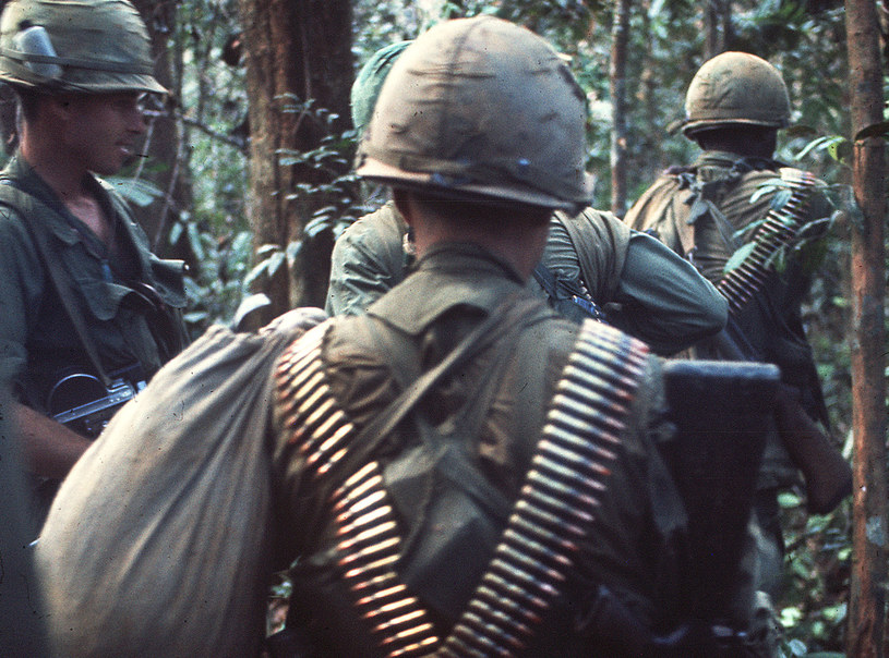 Na zdjęciu wietnamscy żołnierze przedzieraja się przez dżunglę, 1967 rok /AFP /AFP