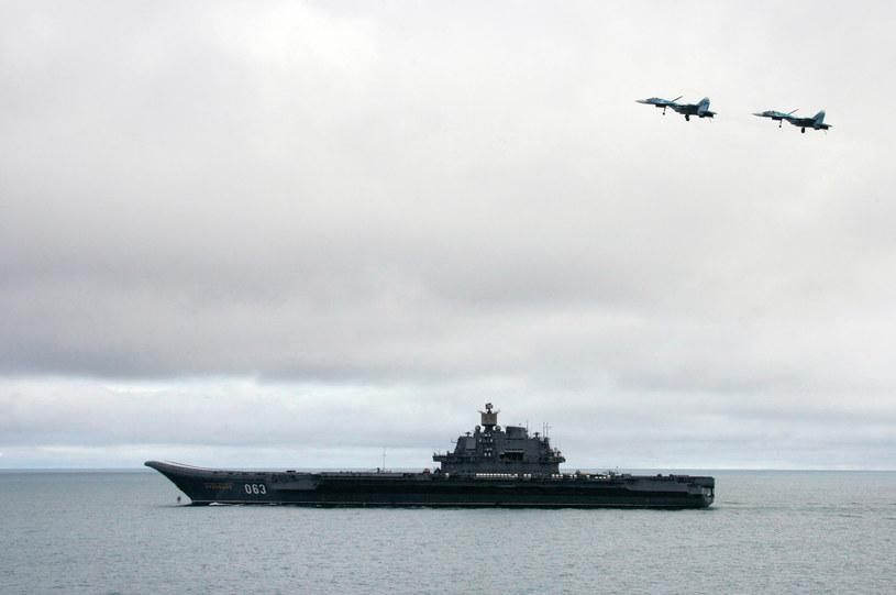 Na zdjęciu z 2005 roku lotniskowiec (zakwalifikowany jako krążownik) Admirał Kuzniecow na Morzu Barentsa /ITAR-TASS    /AFP