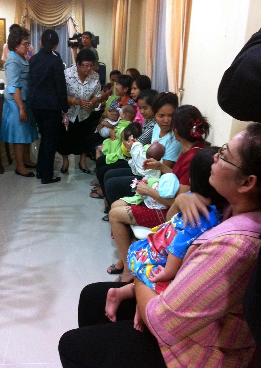 Na zdjęciu z 2014 roku niańki trzymające w objęciach dzieci Japończyka / STR   /PAP/EPA