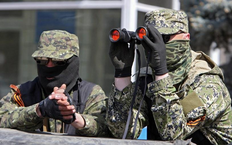 Na zdjęciu zbrojni kontrolujący budynek administracji w Konstantynówce /IGOR KOVALENKO /PAP/EPA