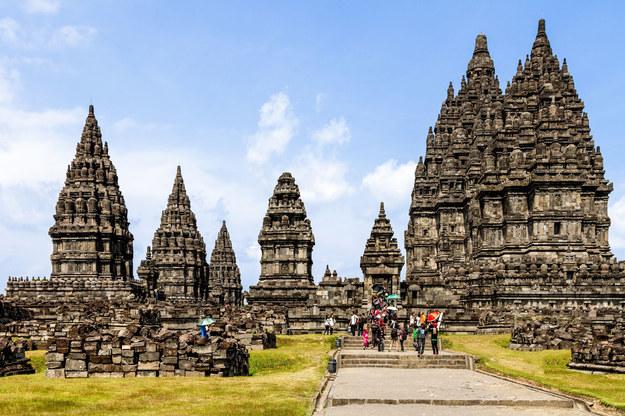 Na zwiedzanie indonezyjskich świątyń nie wybieramy się w szortach. Warto mieć przy sobie np. sarong. /©123RF/PICSEL