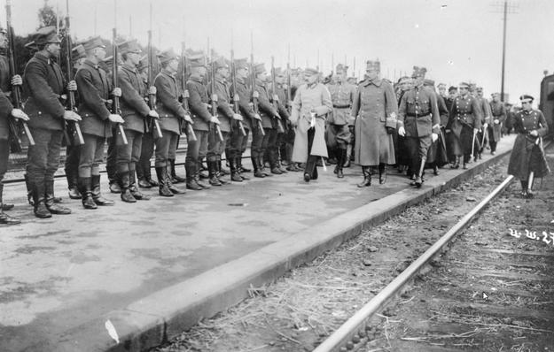 Naczelnik Państwa Józef Piłsudski w towarzystwie gen. Józefa Dowbora-Muśnickiego (I rząd, 1. z prawej) przechodzi przed frontem kompanii honorowej /Z archiwum Narodowego Archiwum Cyfrowego