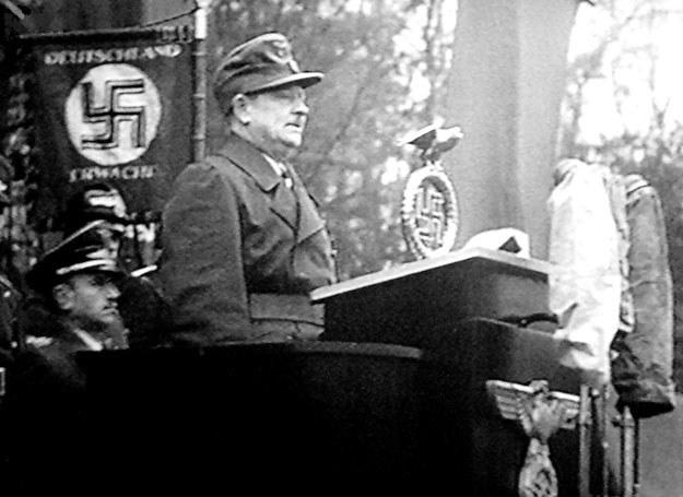"""Naczelny prezes Prus Wschodnich i gauleiter NSDAP Erich Koch przemawia w Królewcu do oddziałów Volkssturmu. Kadr z kroniki """"Die Deutsche Wochenschau"""" /Archiwum autora"""