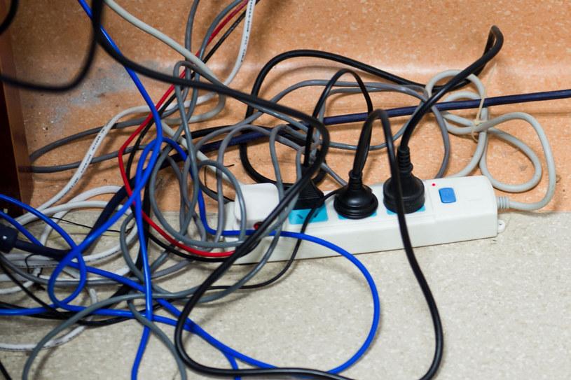 Nad chaosem pod biurkiem zapanujemy też, montując w blacie tzw. mediaporty /123RF/PICSEL