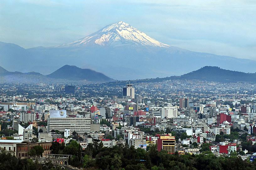 """Nad miastem góruje potężny Popocatepetl, ale to znacznie niższe Wzgórze Gwiazdy jest """"miejscem, gdzie powstał świat"""" /©123RF/PICSEL"""