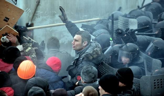 Nad tłumem manifestantów stara się zapanować Witalij Kliczko. Jest jednak niemal całkowicie ignorowany /AFP