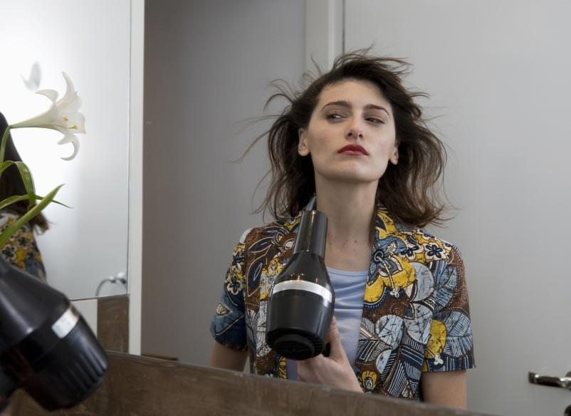 Nadmierne suszenie włosów suszarką może niszczyć włosy /photogenica /© Photogenica/Glow Images