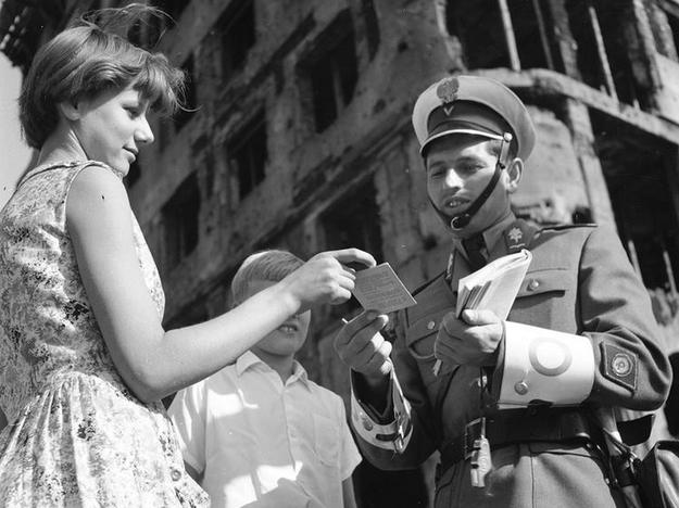 Nadzór nad kwestiami meldunkowymi sprawowała Milicja Obywatelska /Z archiwum Narodowego Archiwum Cyfrowego