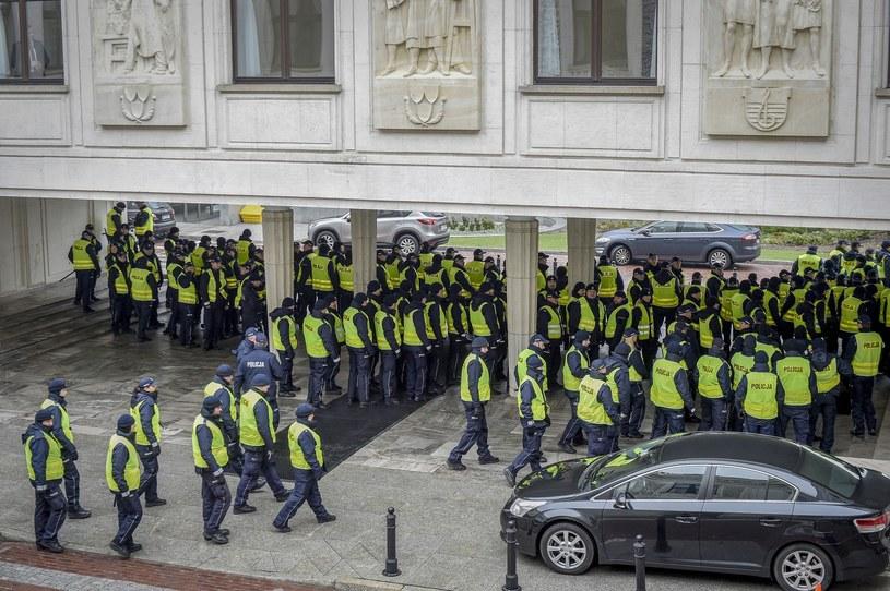 Nadzwyczajne środki bezpieczeństwa przed Sejmem /Jacek Dominski/REPORTER /East News