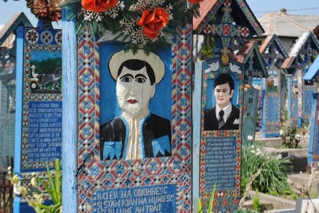 Nagrobki pomalowano na niebiesko. Błękit symbplizuje niebo, do którego wędruje każda rumuńska dusza /Ewelina Karpińska-Morek /INTERIA.PL