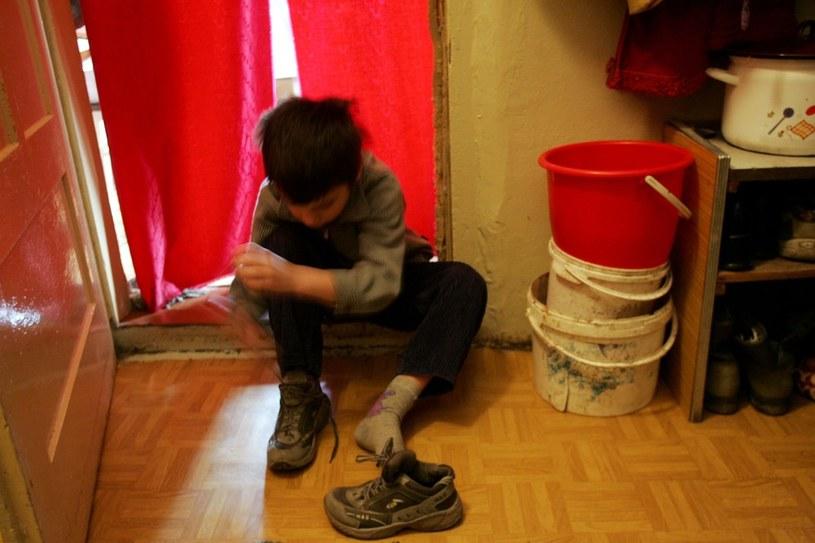 Najbardziej narażone na biedę są rodziny z dziećmi w małych miasteczkach /Wojtek Jargilo /Reporter