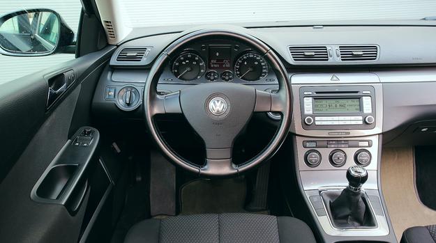 Najbardziej typowa dla polskiego rynku wersja wyposażenia: Climatronic, radio z ekranem monochromatycznym, brak przycisków na kierownicy. Po 188 tys. km auto wygląda jak nowe. /Motor