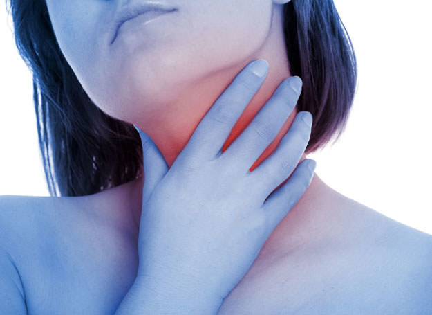Najczęściej chrypka jest połączona z uczuciem suchości i drapania w gardle /©123RF/PICSEL
