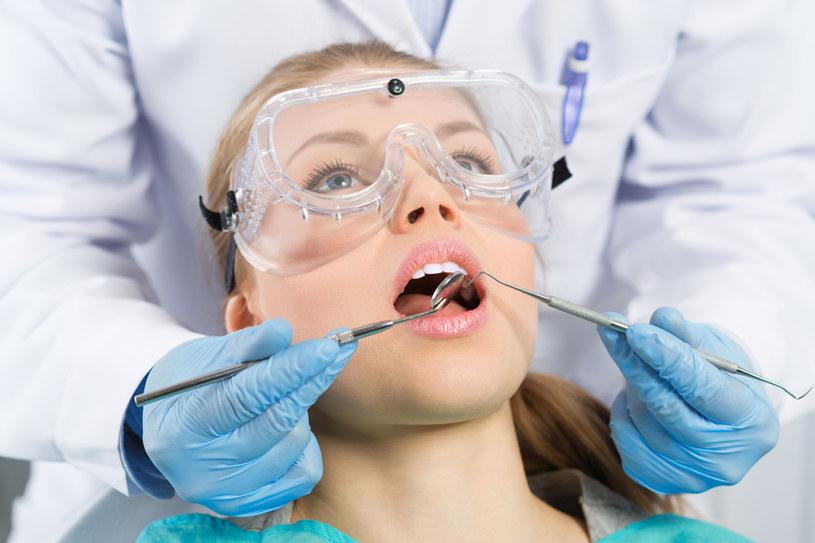 Najczęstszą przyczyną paradontozy są bakterie, które osadzają się na zębach i tworzą płytkę nazębną /123RF/PICSEL
