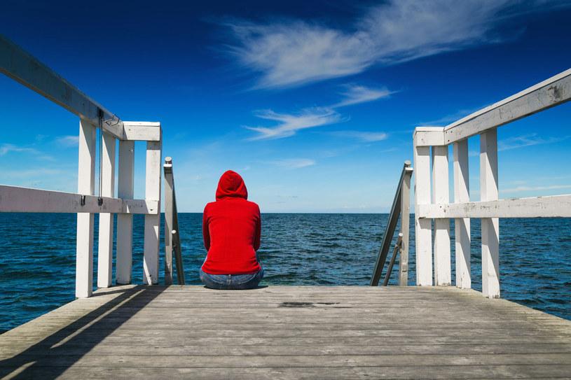 Najgorsze w życiu to być z ludźmi, którzy sprawiają, że czujesz się samotna /123RF/PICSEL