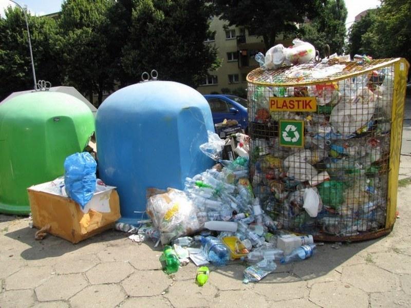 Najgorzej jest w dzielnicy Bałuty - tam śmieci wysypują się niemal z każdego pojemnika /Agnieszka Wyderka /RMF FM