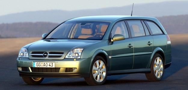 Najgroźniejszy rywal Mondeo z pojemnym wnętrzem. /Opel