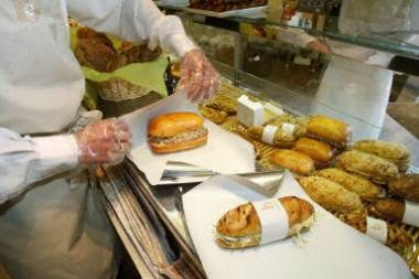 Najlepiej, gdy jedzenie jest przygotowane na naszych oczach /AFP