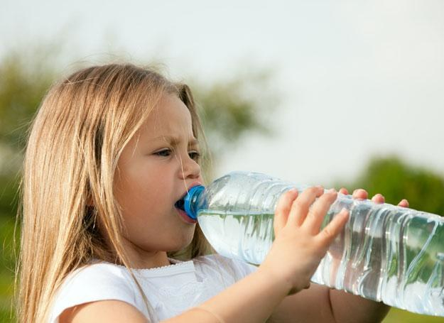 Najlepiej podawać dziecku do picia zwykłą wodę niegazowaną /© Panthermedia