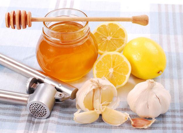 Najlepiej wykorzystać lecznicze właściwości czosnku, propolisu i miodu /©123RF/PICSEL