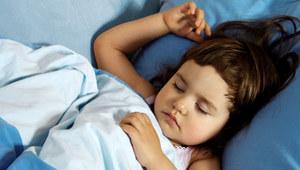 Najlepszą radą dla rodziców jest to, by styl życia i otoczenie sprzyjały higienie i jakości snu dziecka. /©123RF/PICSEL