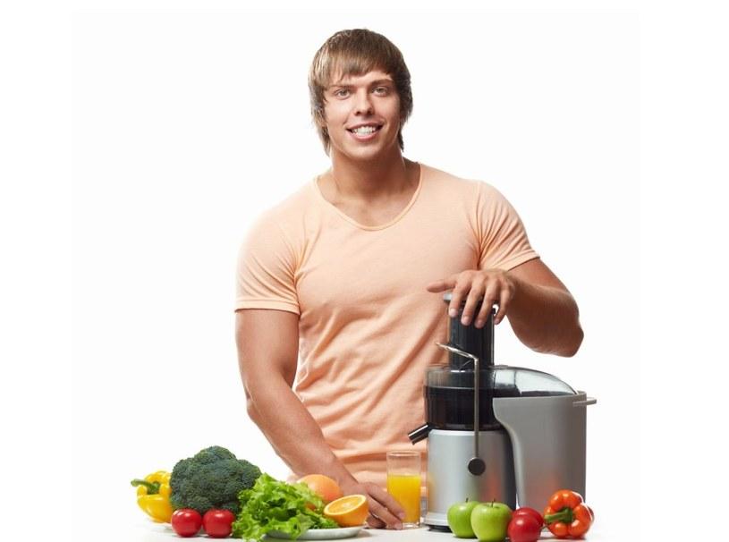 Najlepszy zaraz po treningu będzie sok ze świeżych owoców. Na kolejny posiłek mamy jeszcze ponad godzinę /©123RF/PICSEL