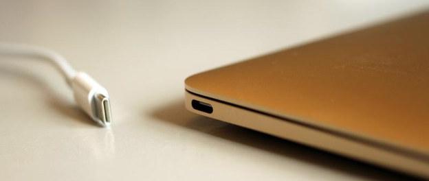 Najnowszy MacBook (2017) – laptop, który wykorzystuje już tylko nowoczesne złącze USB-C /Wikipedia