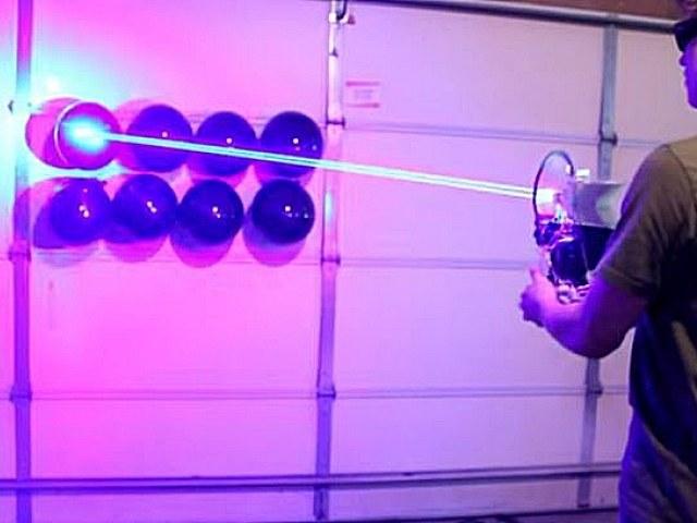 """Najnowszym wynalazkiem Styropyro  jest """"strzelba"""", która składa się z ośmiu 5-watowych laserów. /YouTube"""