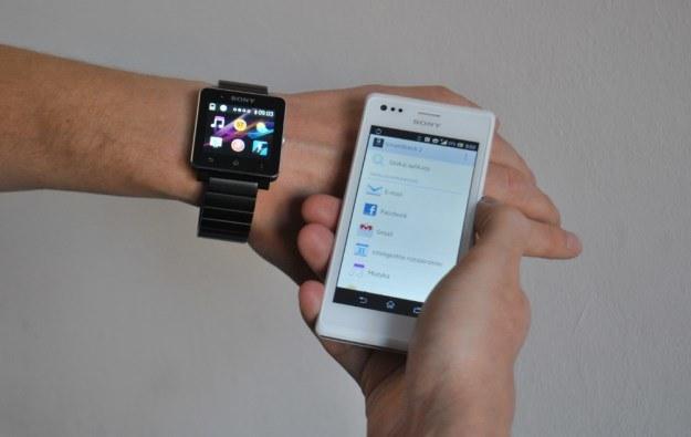 Najpierw potrzebujemy pobrać dwie aplikacje z Google Play. Potem możemy synchronizować zegarek z telefonem. Aplikacje - w większości - obsługujemy z poziomu smartfona (na zdjęciu - Xperia M) /INTERIA.PL