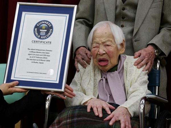 """114-letnia Japonka została oficjalnie uznana w środę za najstarszą kobietę świata. Misao Okawa, której ojciec trudnił się szyciem kimon, nie kryje radości, że otrzymała specjalny certyfikat z Księgi rekordów Guinnessa.Można go uznać za prezent urodzinowy, ponieważ w przyszłym tygodniu pani Okawa będzie świętować 115. urodziny. Według gerontologicznego instytutu badawczego, który weryfikuje informacje dla Księgi rekordów Guinnessa, sędziwa Japonka przyszła na świat 5 marca 1898 roku.Misao Okawa zapytana o tajemnicę długowieczności odparła, że należy """"uważać na zdrowie"""". Jej ulubionym daniem jest sushi z makreli, ale kierownik domu opieki w Osace twierdzi, że słynna pensjonariuszka może jeść wszystko, na co tylko ma ochotę."""