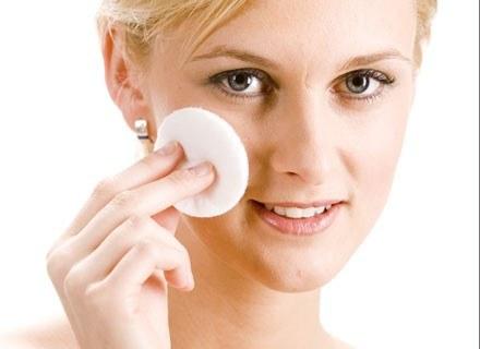 Najszybciej zmarszczki pojawiają się tam, gdzie skóra jest cienka i pozbawiona warstwy tłuszczu