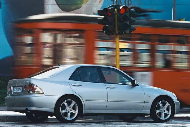 Najtańszy lexus (model IS 200 Sedan) kosztuje  od 32 250 euro / kliknij /INTERIA.PL