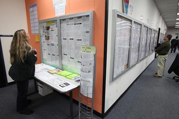 Najwięcej - blisko tysiąc ofert - dotyczyło pracy w sprzedaży, handlu, doradztwie dla klientów /AFP