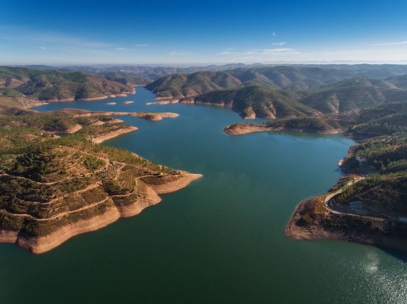 Najwięcej wysp na sprzedaż znajduje się przy tamie wodnej Alqueva, przy granicy z Hiszpanią. /©123RF/PICSEL